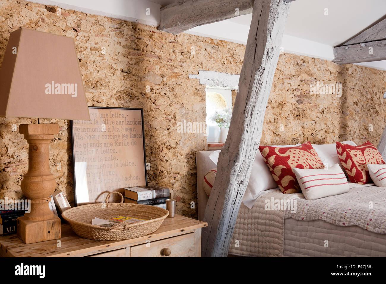 Pareti Rivestite Di Legno : Candelabro in legno sul comodino in camera da letto con pareti
