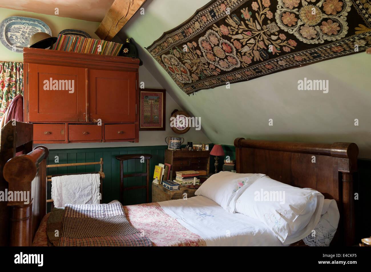 Camera Da Letto Matrimoniale In Francese : Un tessile uzbekistani pende al di sopra di un impero francese letto