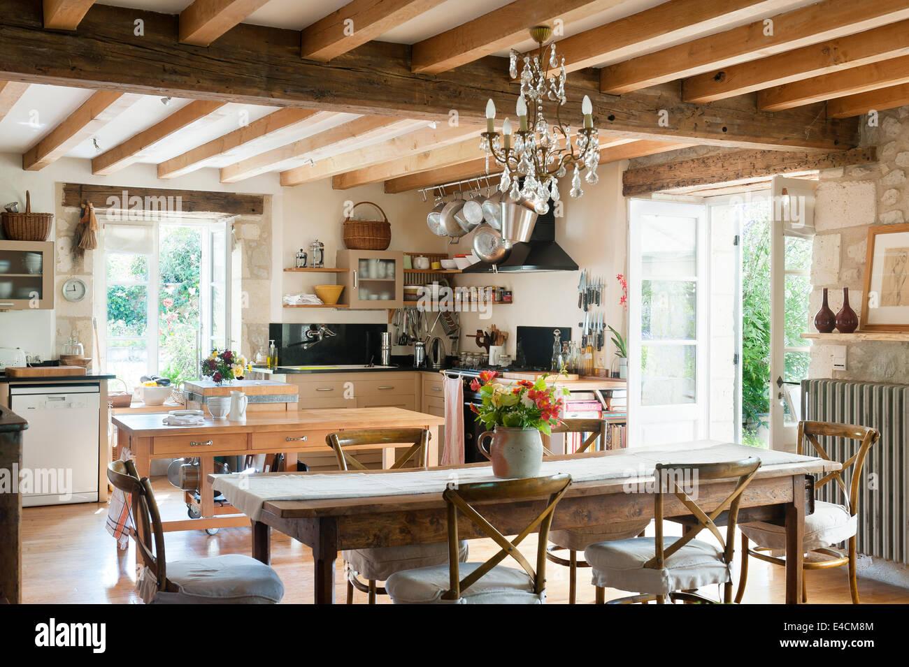 Stile rustico cucina francese con tavolo da pranzo in for Tavolo da cucina legno