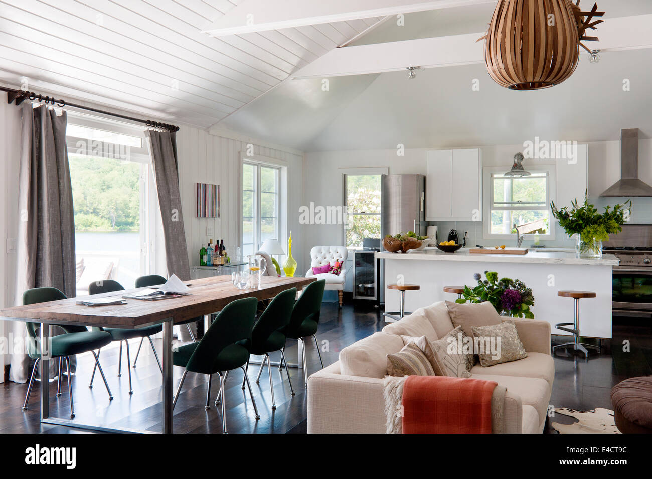 Aprire il piano bianco spazio soggiorno con cucina Ikea unità, Knoll ...