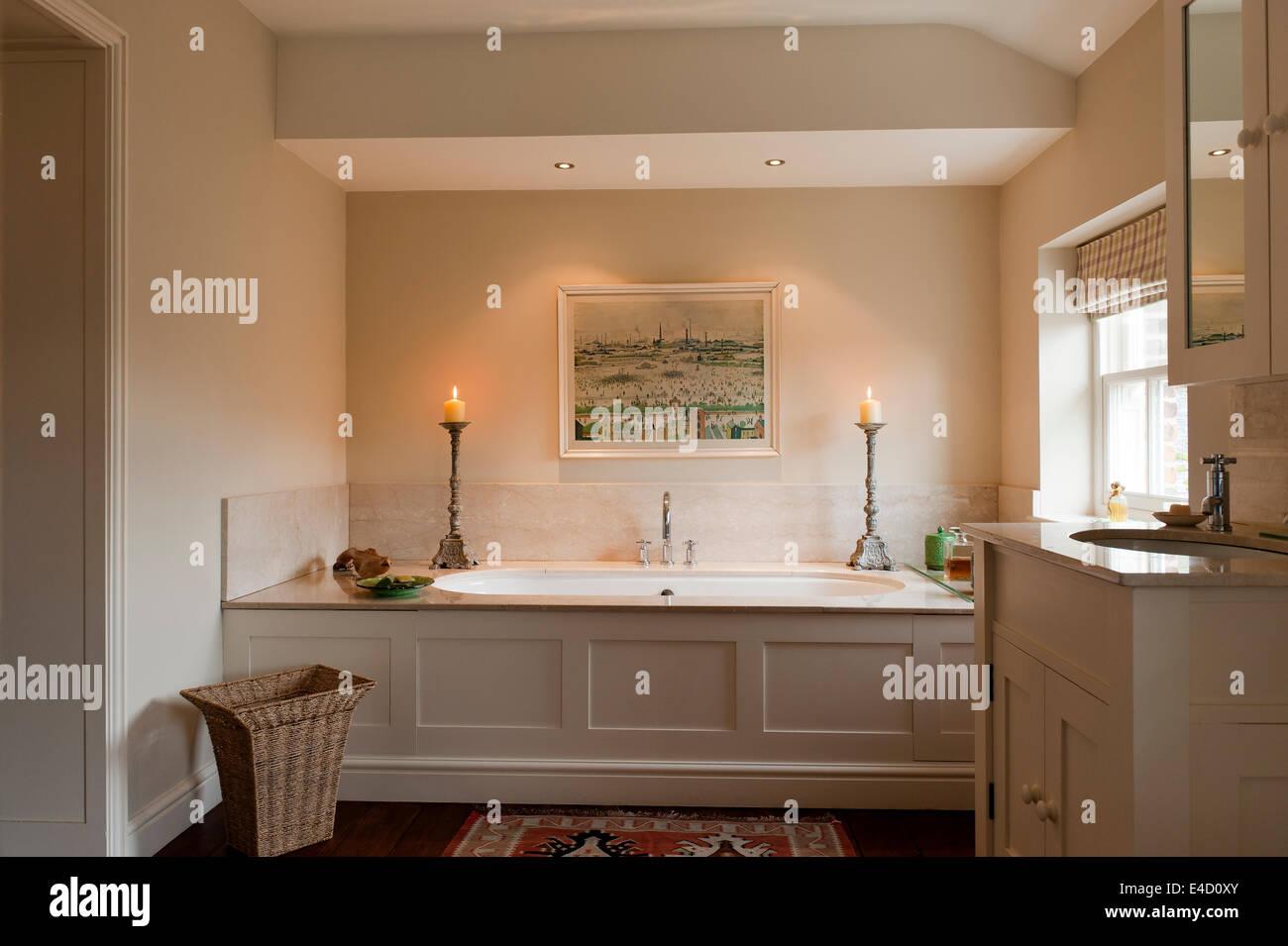 Vasca Da Bagno In Francese : Una tranquilla sala da bagno la vasca da bagno è stata nascosta da