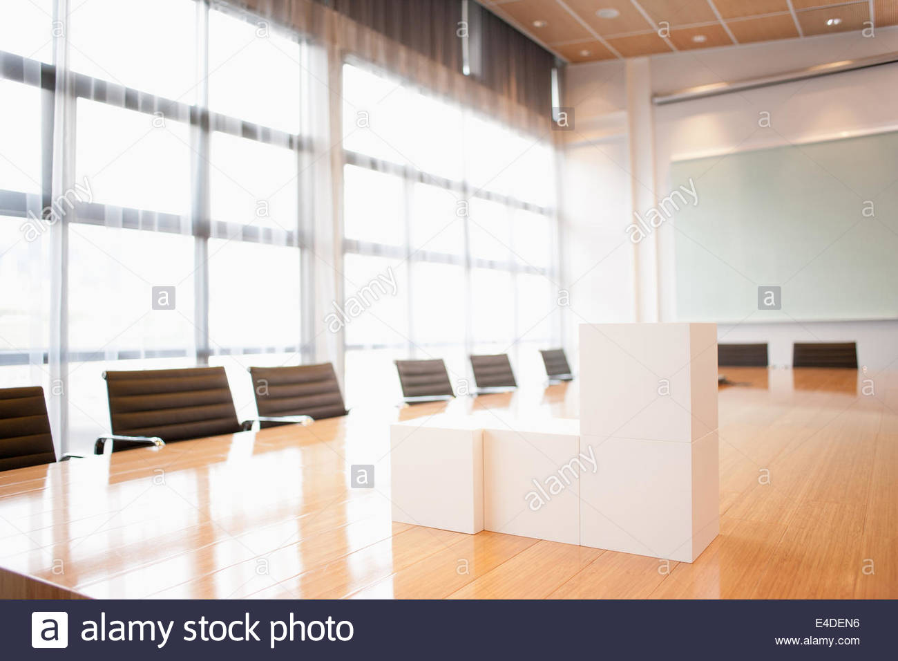 Cubi di bianco su Sala conferenza tabella Immagini Stock