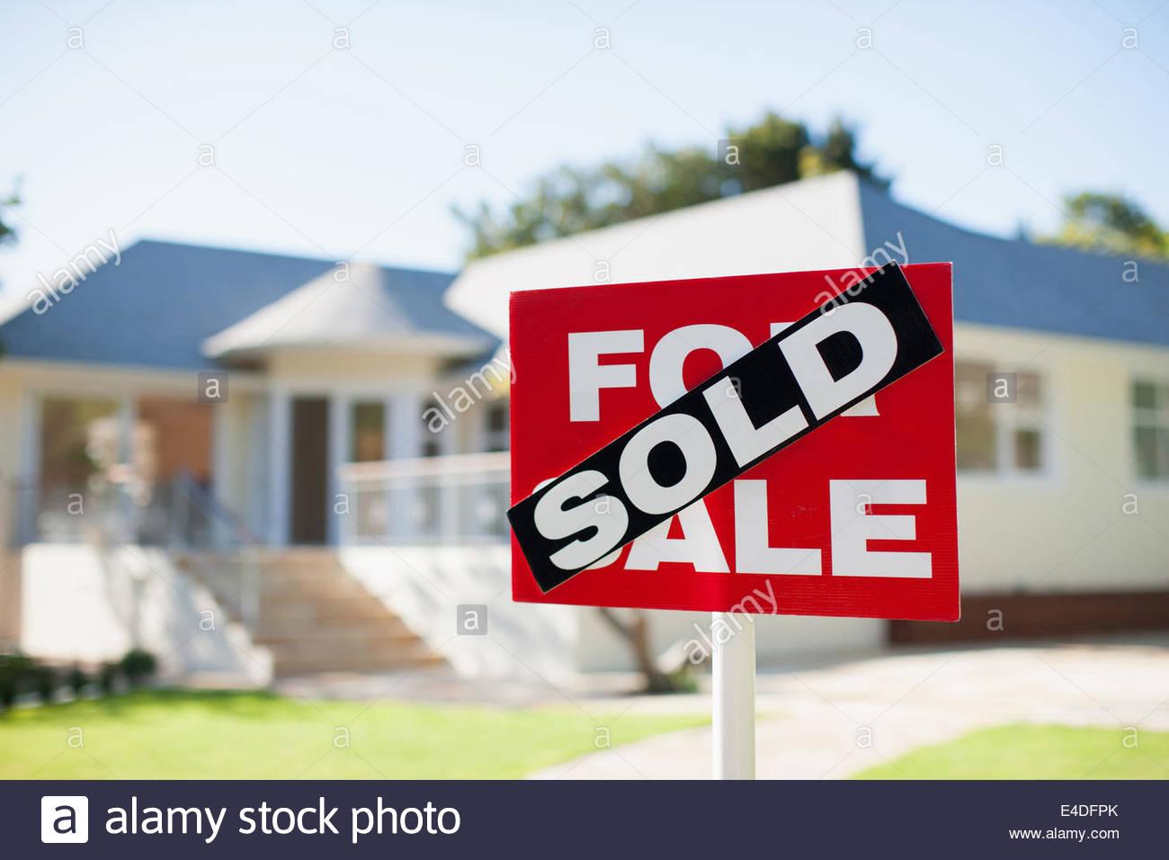 In vendita segno nel cortile di casa Immagini Stock
