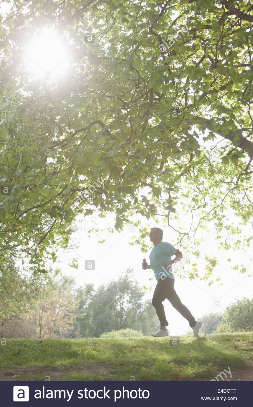 Determinato uomo jogging all'aperto Immagini Stock