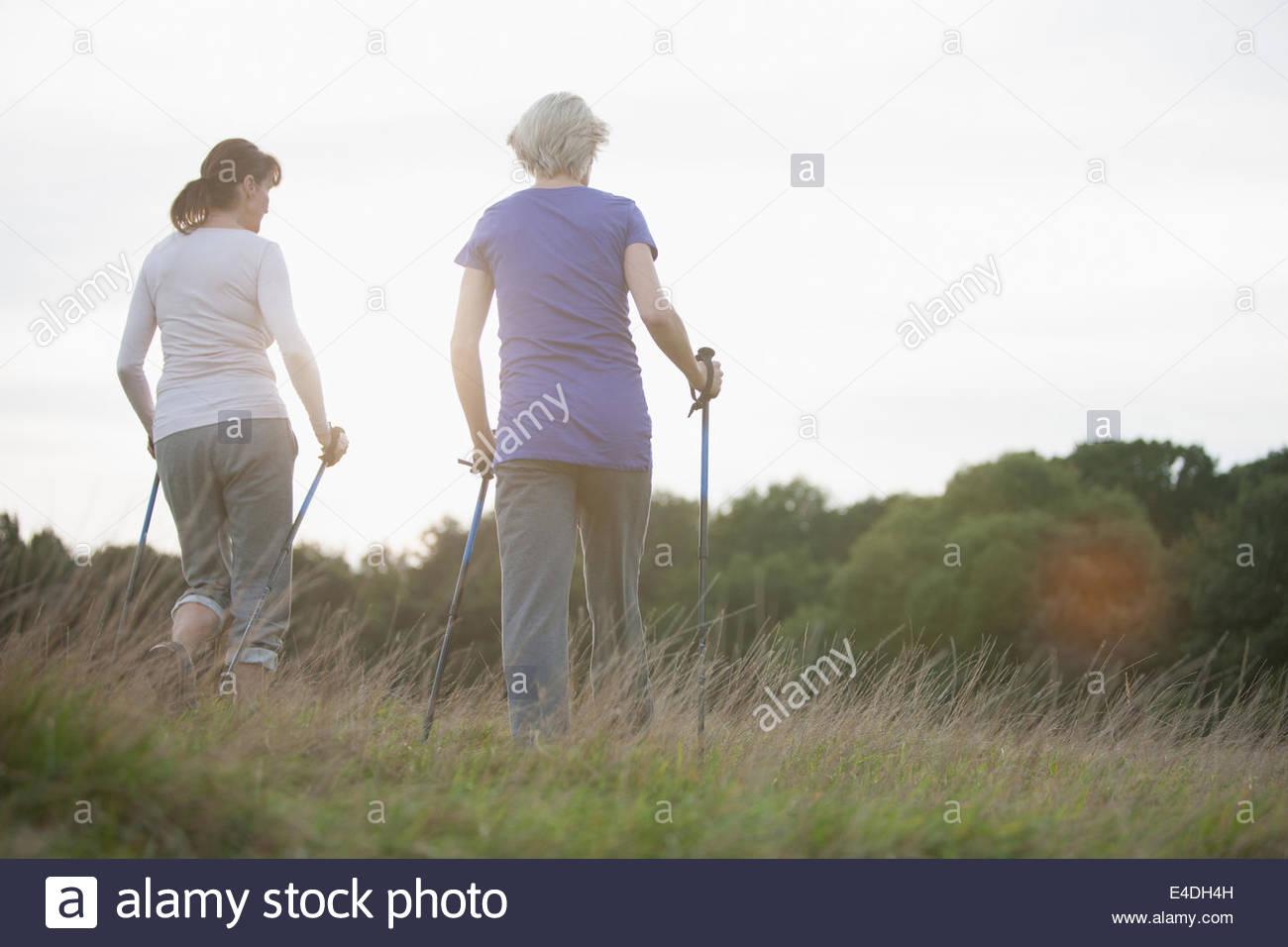 Donne escursionismo insieme all'aperto Immagini Stock