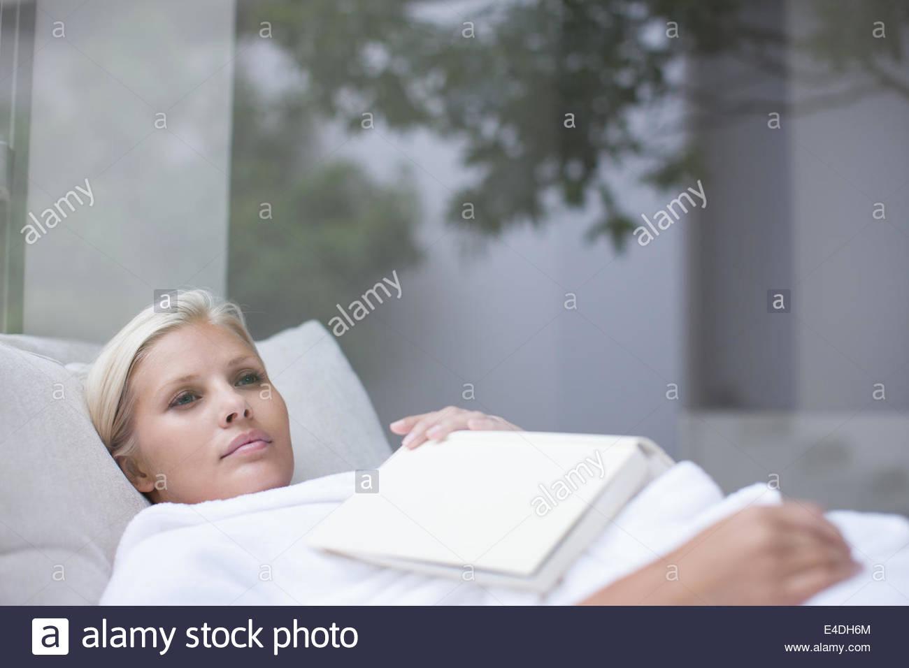 La donna posa in accappatoio Immagini Stock