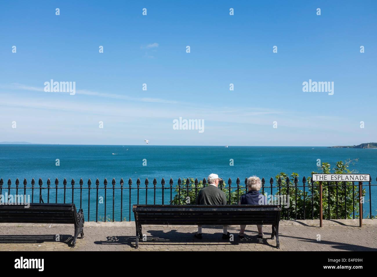 Le persone anziane godendo il pensionamento in Tenby Foto Stock