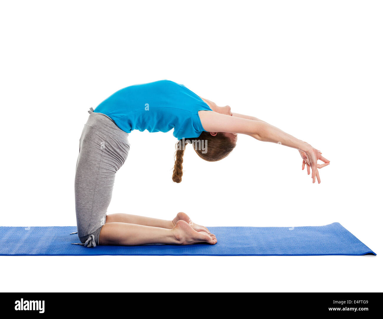 Yoga - giovane bella donna slanciata istruttore yoga facendo variazione avanzata di camel pongono (Ustrasana) asana Immagini Stock