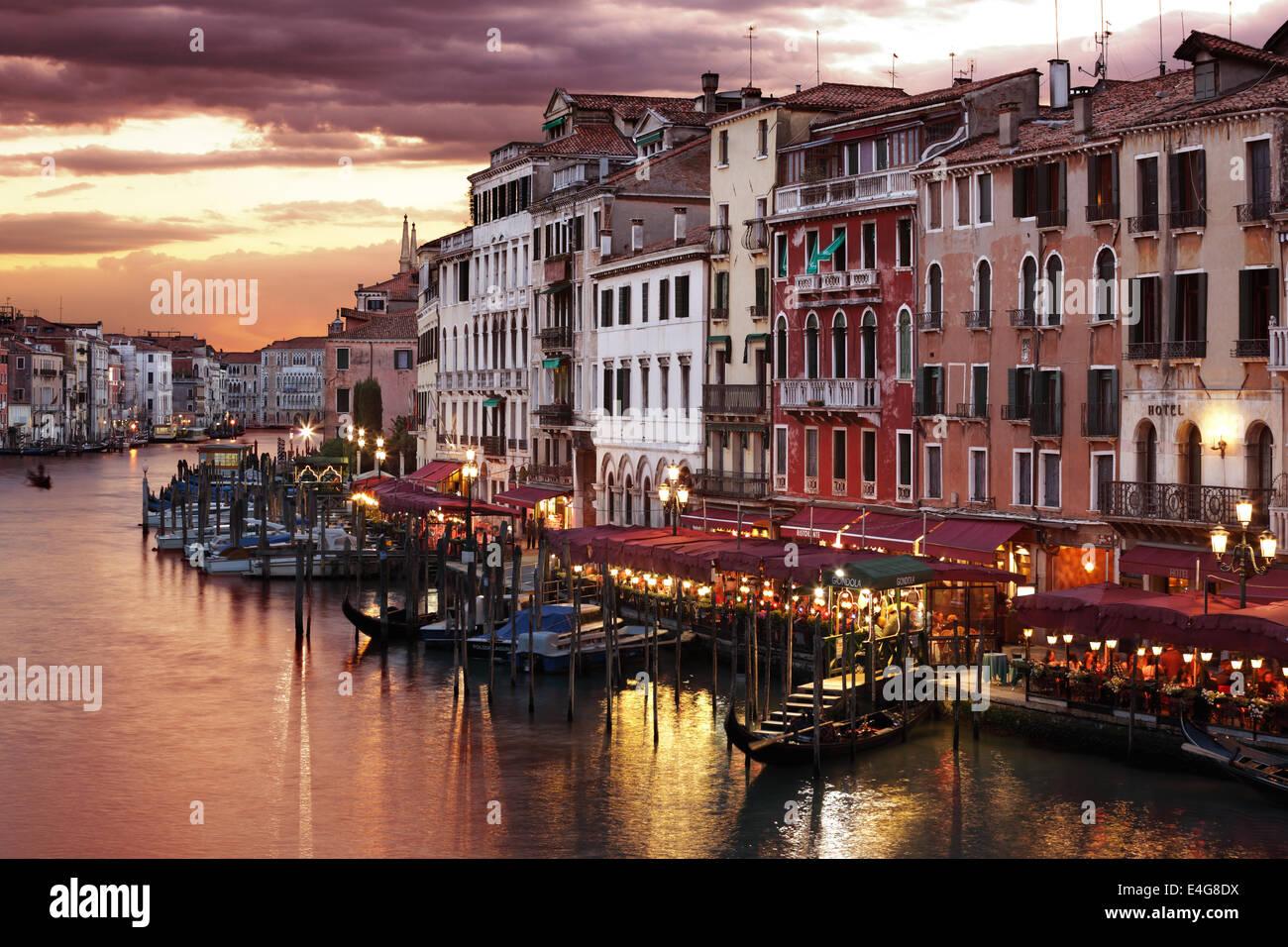 Sul Canal Grande a Venezia di notte Immagini Stock