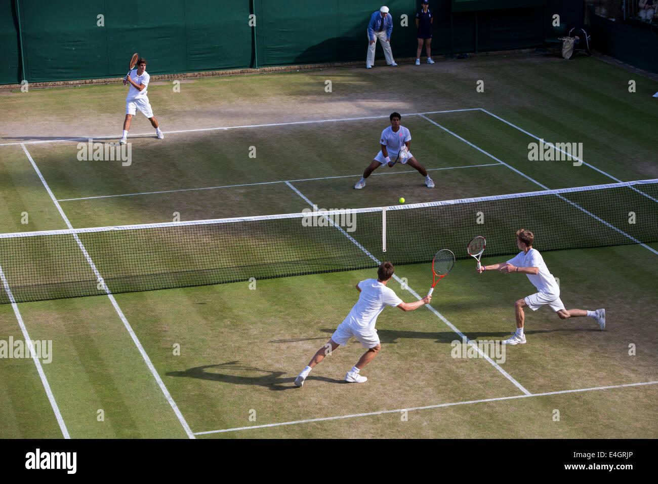 Wimbledon Tennis 2014 Boys' doppie finali - Corte 18 ORLANDO LUZ (BRA) & MARCELO ZORMANN (BRA) v STEFAN Immagini Stock