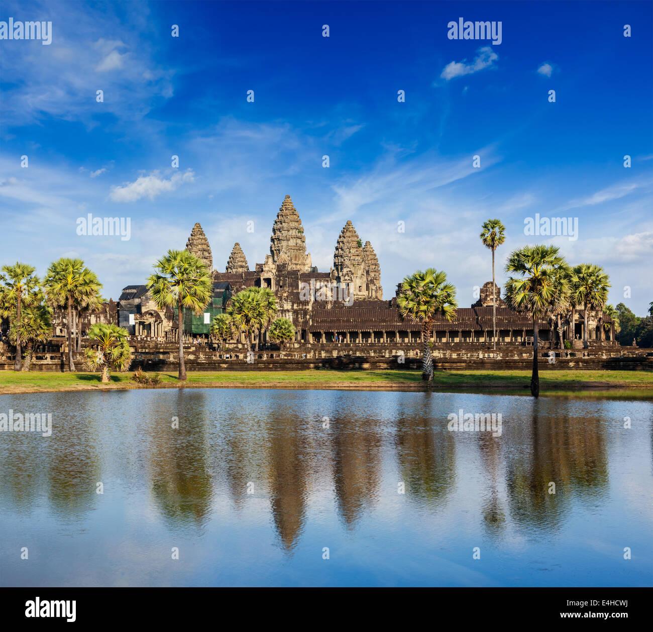 Punto di riferimento della Cambogia Angkor Wat con la riflessione in acqua Immagini Stock