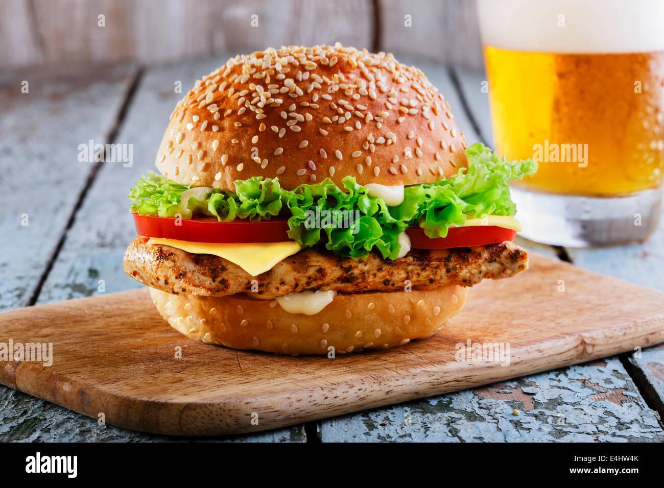 Hamburger di pollo alla griglia e formaggio Foto Stock