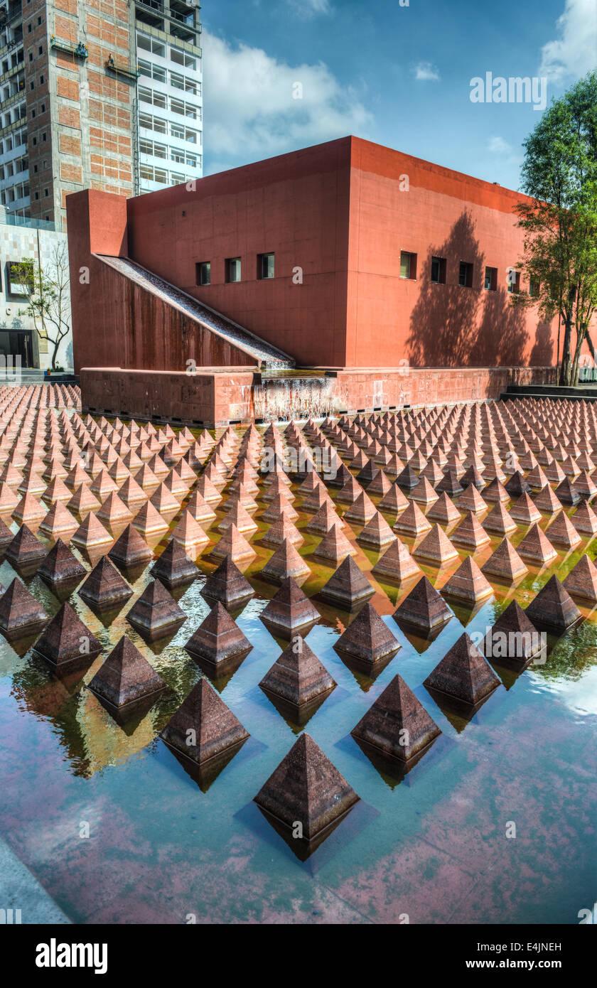 Plaza Juarez, di Città del Messico. Un set di 1034 piramidi rossastro in un ampia piscina in Plaza Juarez. Immagini Stock