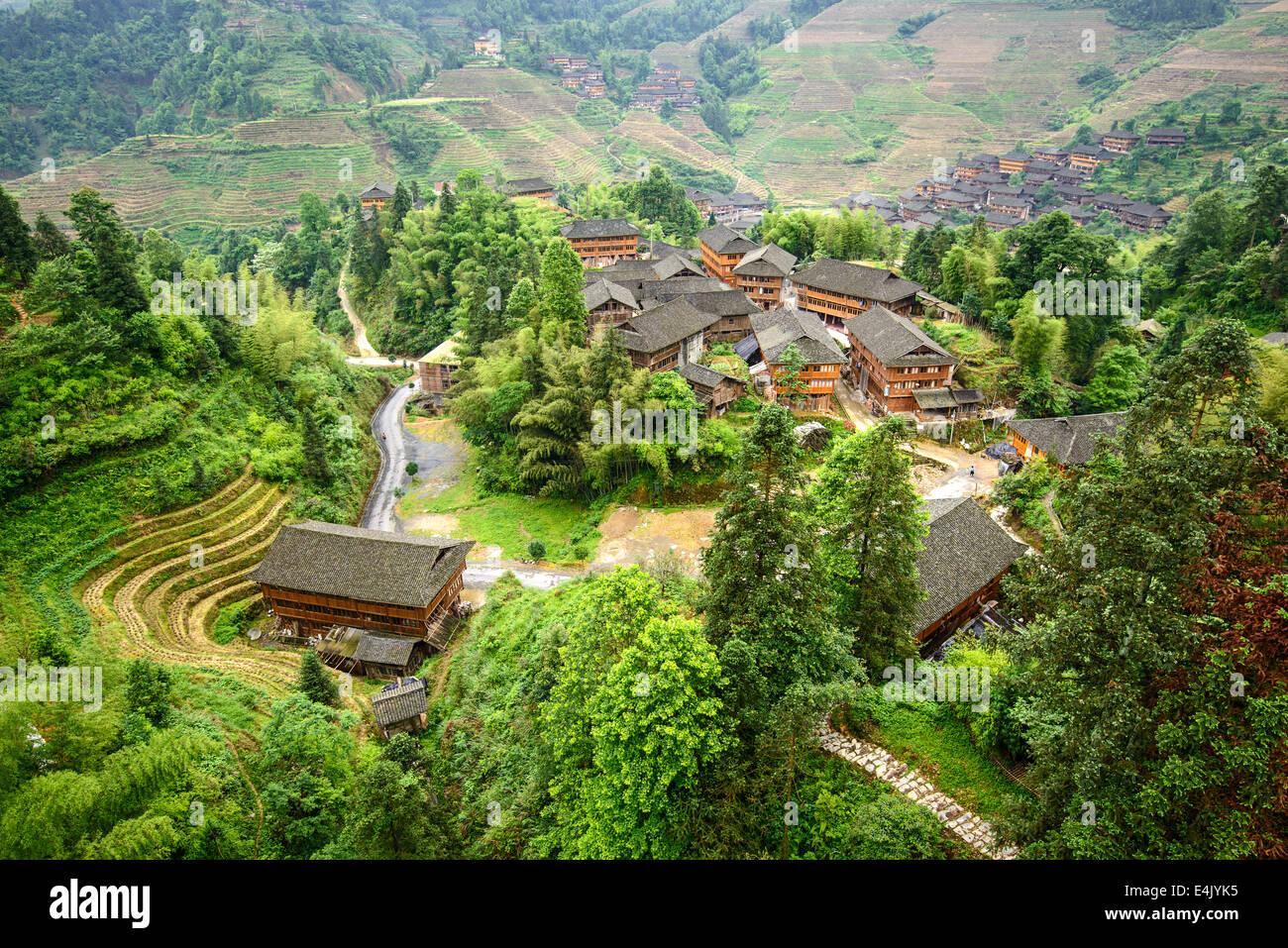 Villaggio sulla montagna Yaoshan in Guangxi, Cina. Immagini Stock