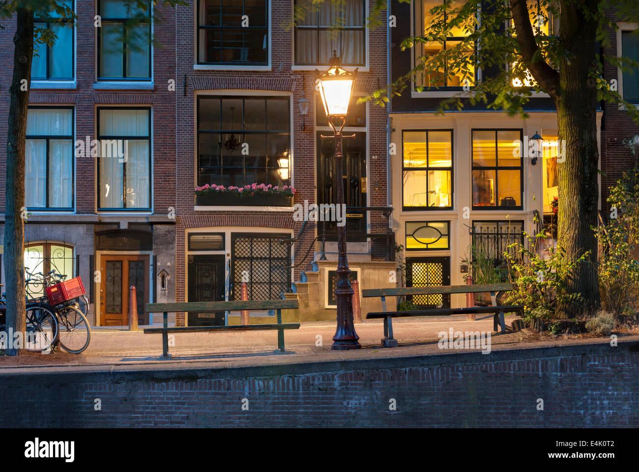 Amsterdam Canal notte. Leidsegracht Canal Amsterdam con il famoso canal-banco laterale dalla pellicola il problema Immagini Stock