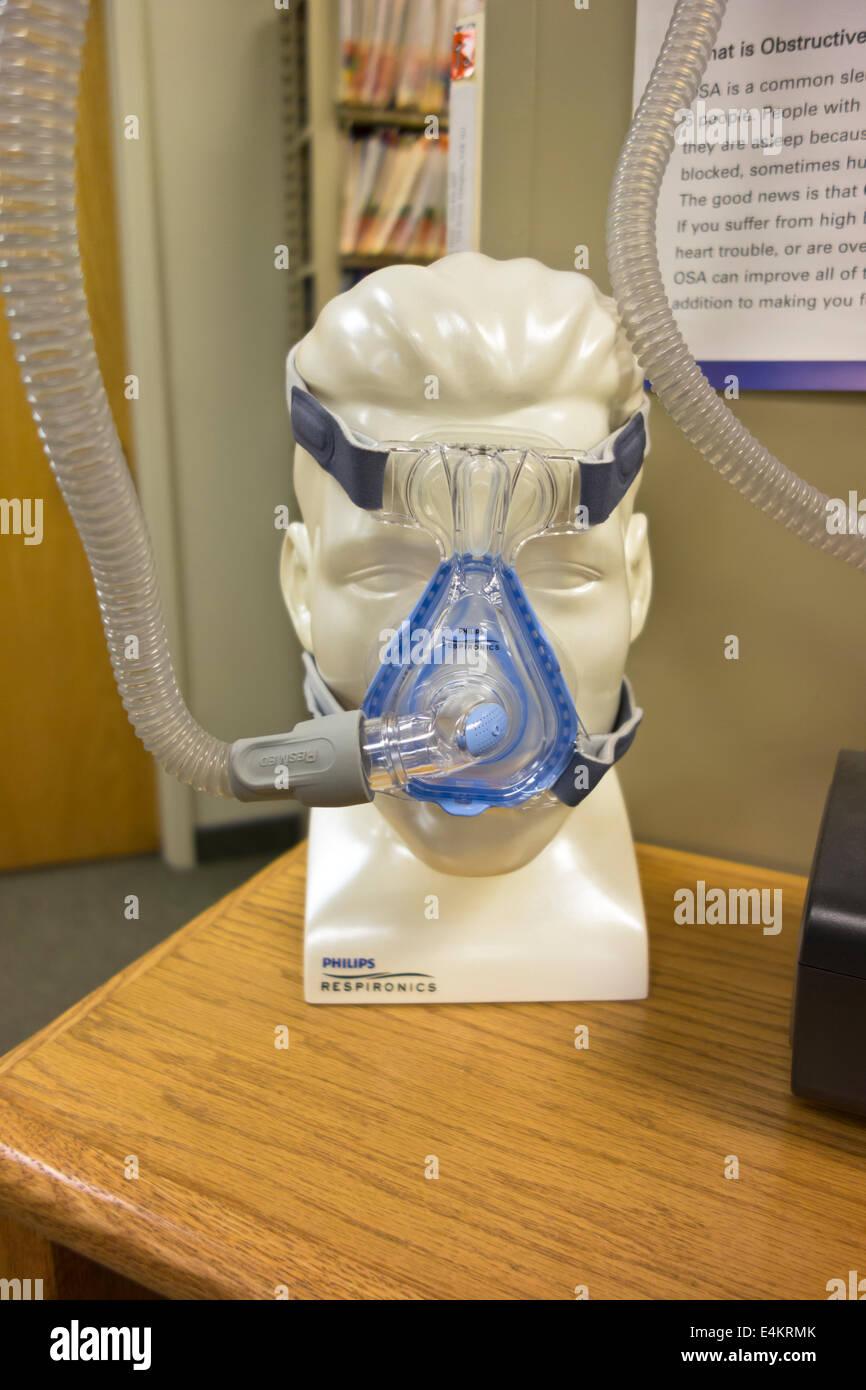 Manichino testa indossando maschera e tubo flessibile per Bipap CPAP o macchina per il trattamento di apnea nel Immagini Stock