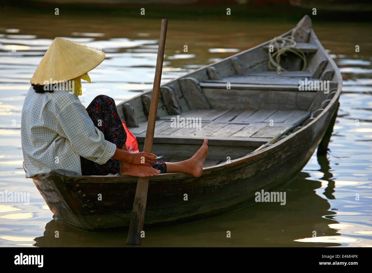 Donna remare una barca in Vietnam Immagini Stock