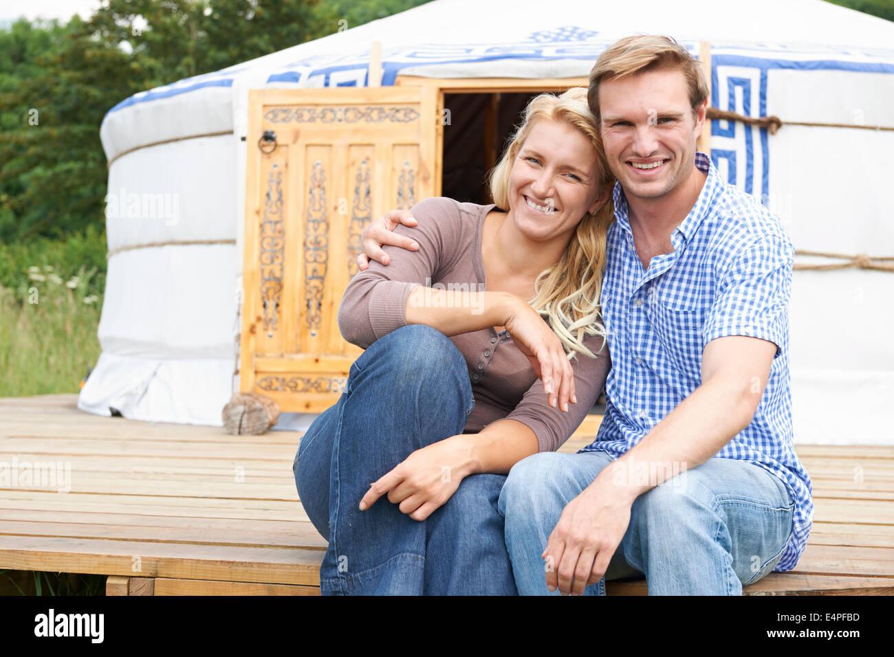 Giovane godendo di vacanza in campeggio In yurta tradizionali Immagini Stock