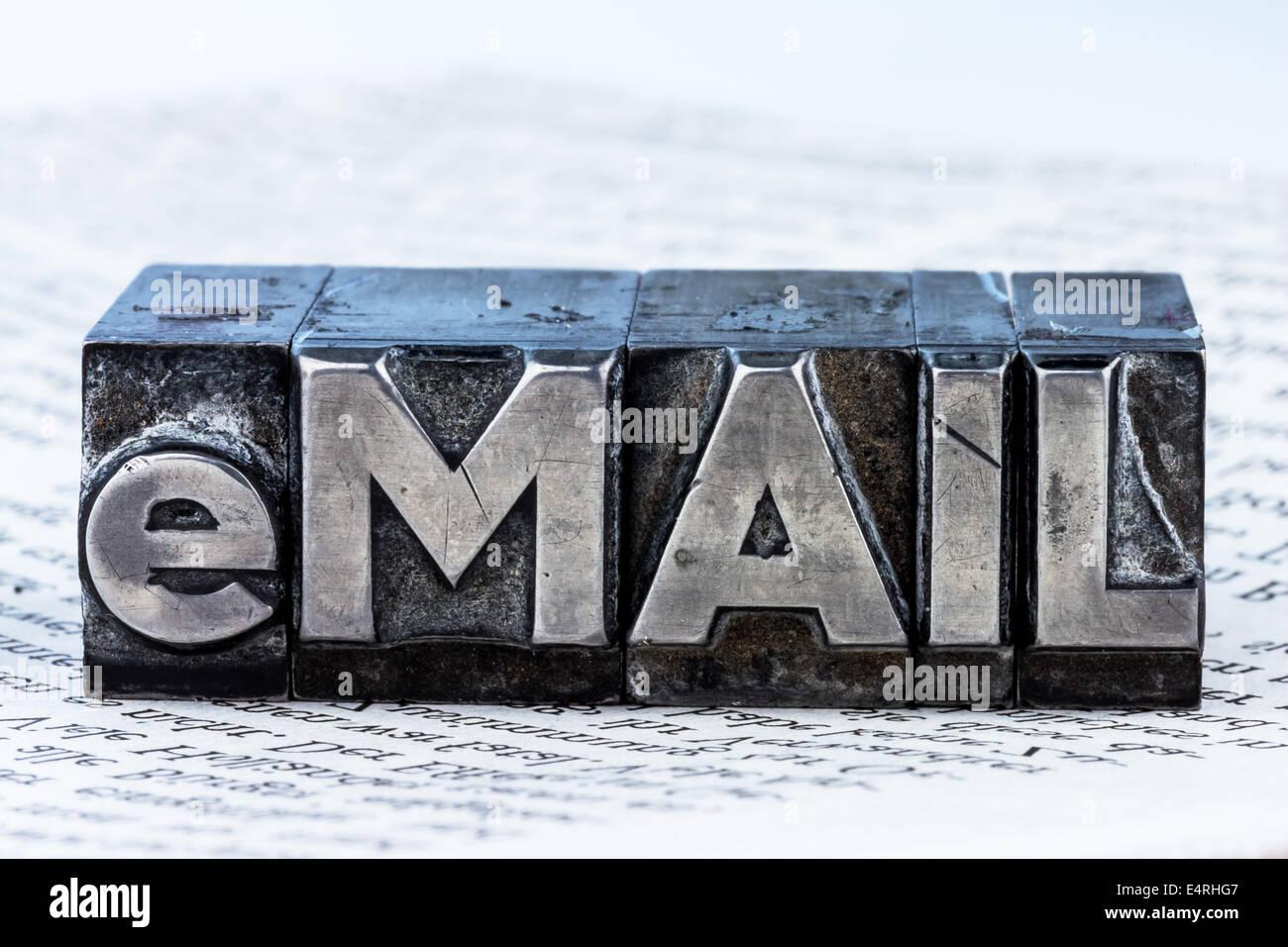 """""""La parola ''e-mail'' in lettere di piombo scritto. foto simbolico per corrispondenza rapida', Immagini Stock"""