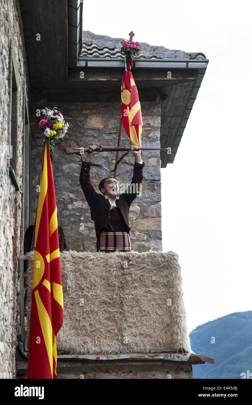Luglio 12, 2014 - Galichnik, Macedonia - Galichnik, Macedonia-- Uno degli abitanti del villaggio utilizza una pistola Immagini Stock