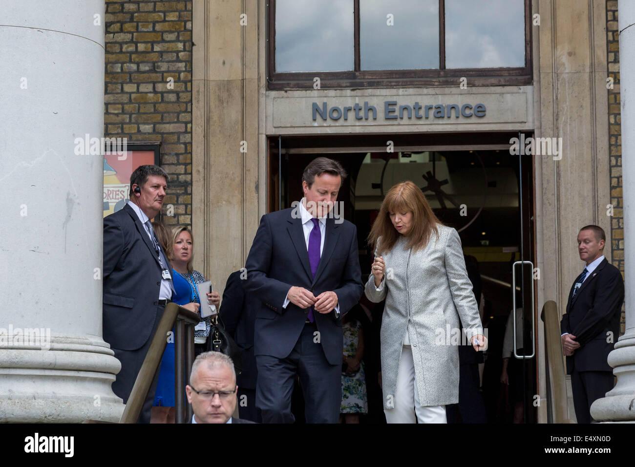 Primo Ministro britannico David Cameron visite Imperial War Museum di Londra Foto Stock