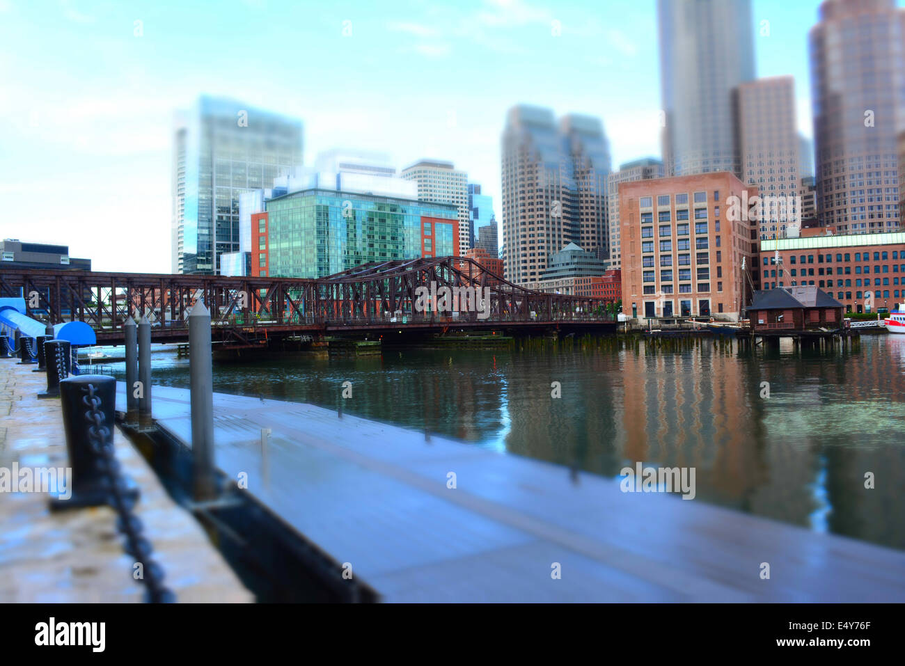 Northern Avenue Bridge crossing Boston Harbor verso il centro cittadino (tilt shift stile). Immagini Stock
