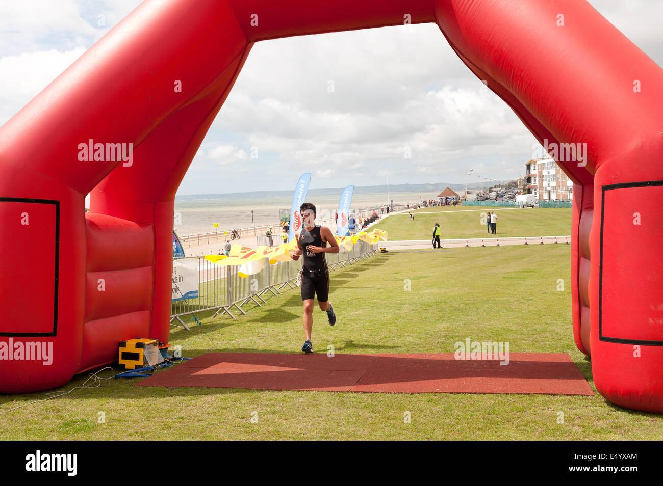 Timer elettronico scheggiati runner finitura triathlon sprint a Bexhill racing attraverso la linea di finitura mat Immagini Stock