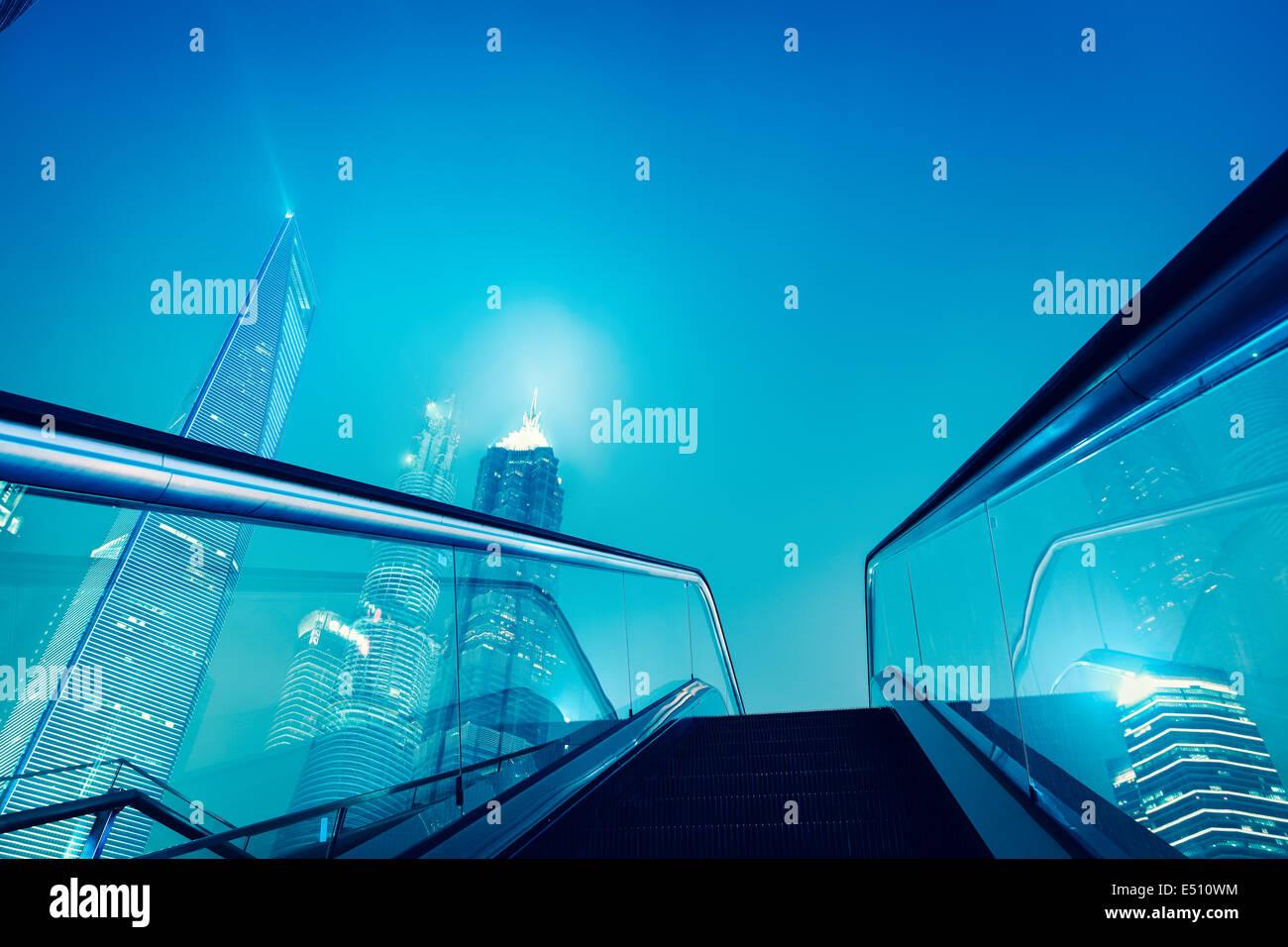 Escalator e Shangai skyline notturno Immagini Stock