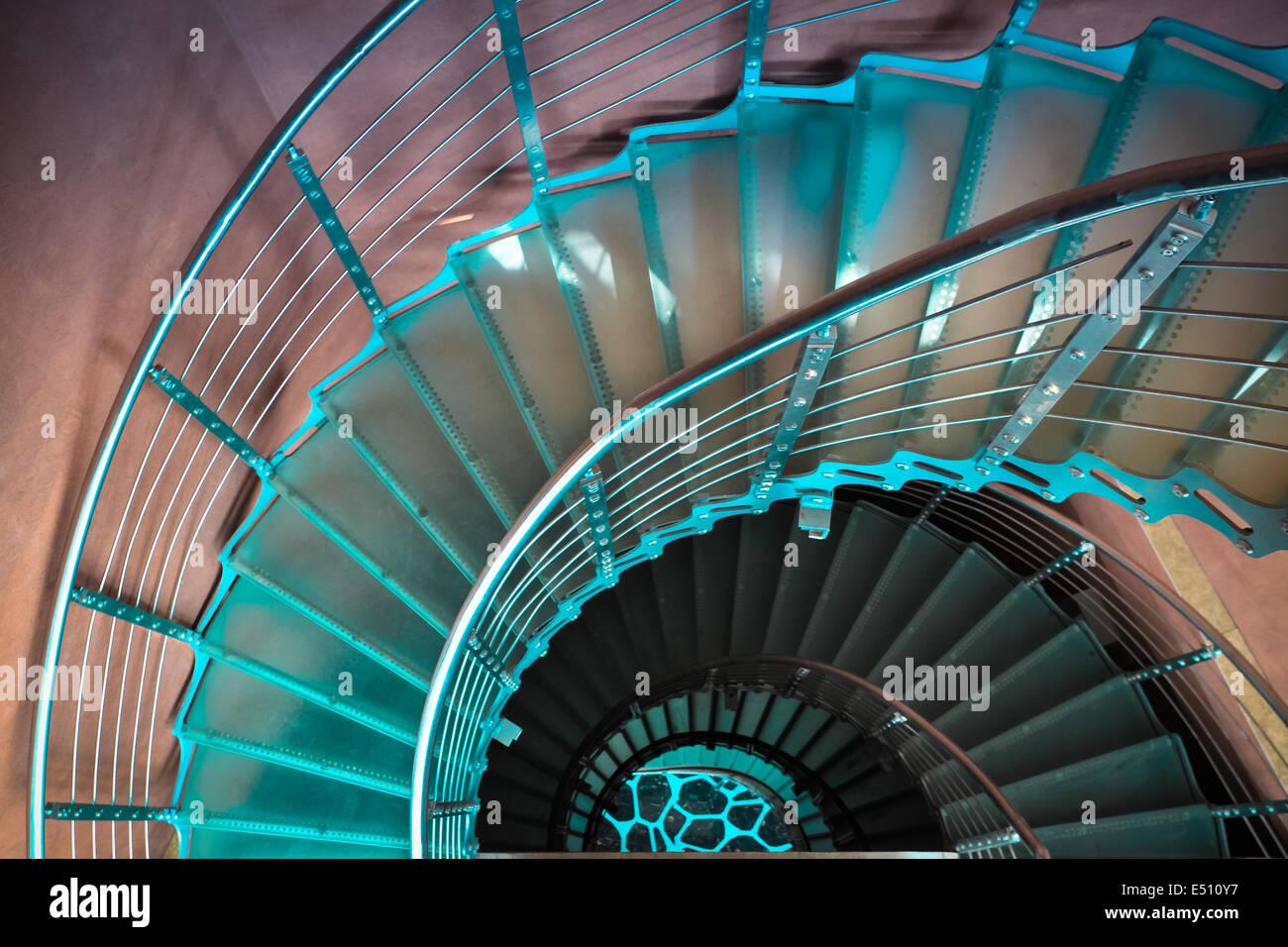 Verso il basso scalinata a spirale Immagini Stock