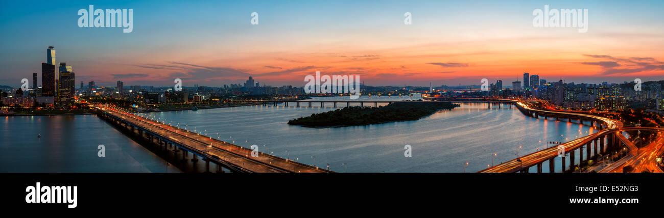 Un colorato tramonto sul Yeouido business district e il fiume Han di Seoul, Corea del Sud. Immagini Stock