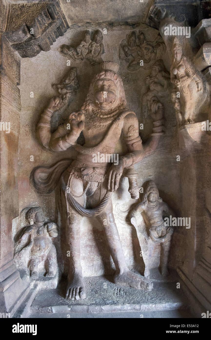 Grotta 3 : signore Vishnu come Narasimha. Le grotte di Badami, Bijapur district, Karnataka, India Foto Stock