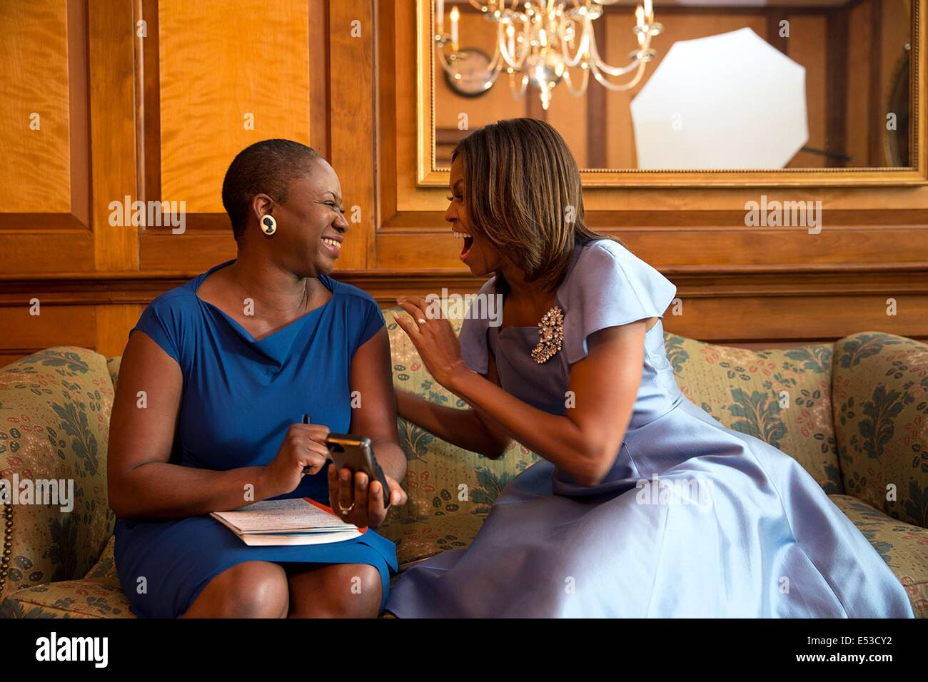 Noi la First Lady Michelle Obama reagisce durante un'intervista con Vanessa Bush, Editor in Chief della rivista Immagini Stock