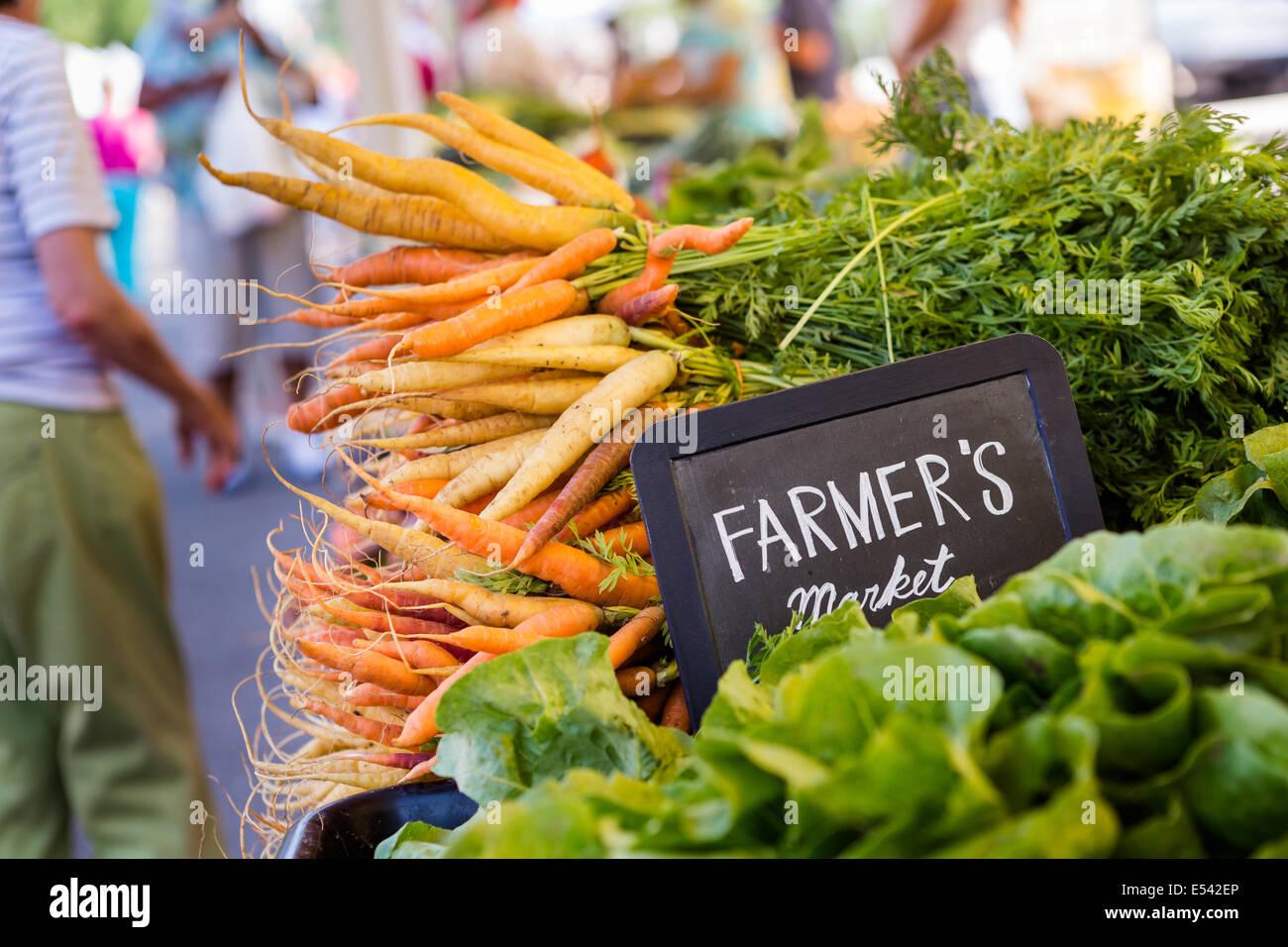 Freschi prodotti biologici in vendita presso il locale mercato degli agricoltori. Immagini Stock