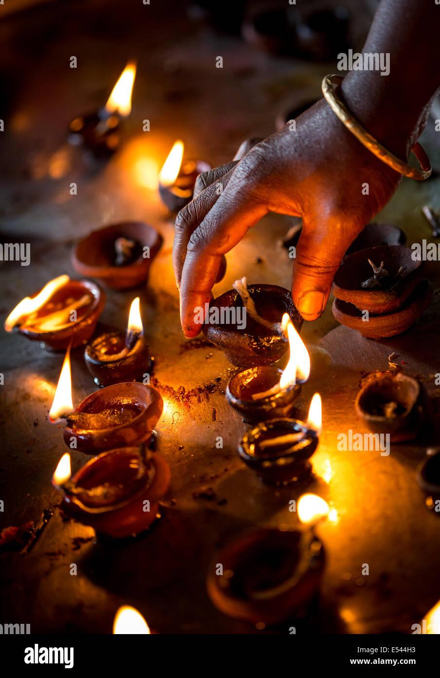 Candele accese nel tempio indiano. Diwali - la festa delle luci. Foto Stock