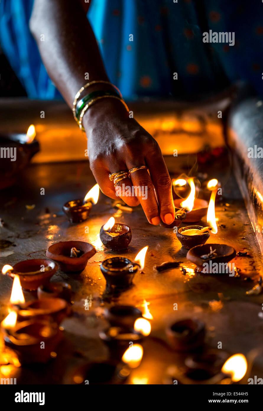 Candele accese nel tempio indiano. Diwali - la festa delle luci. Immagini Stock