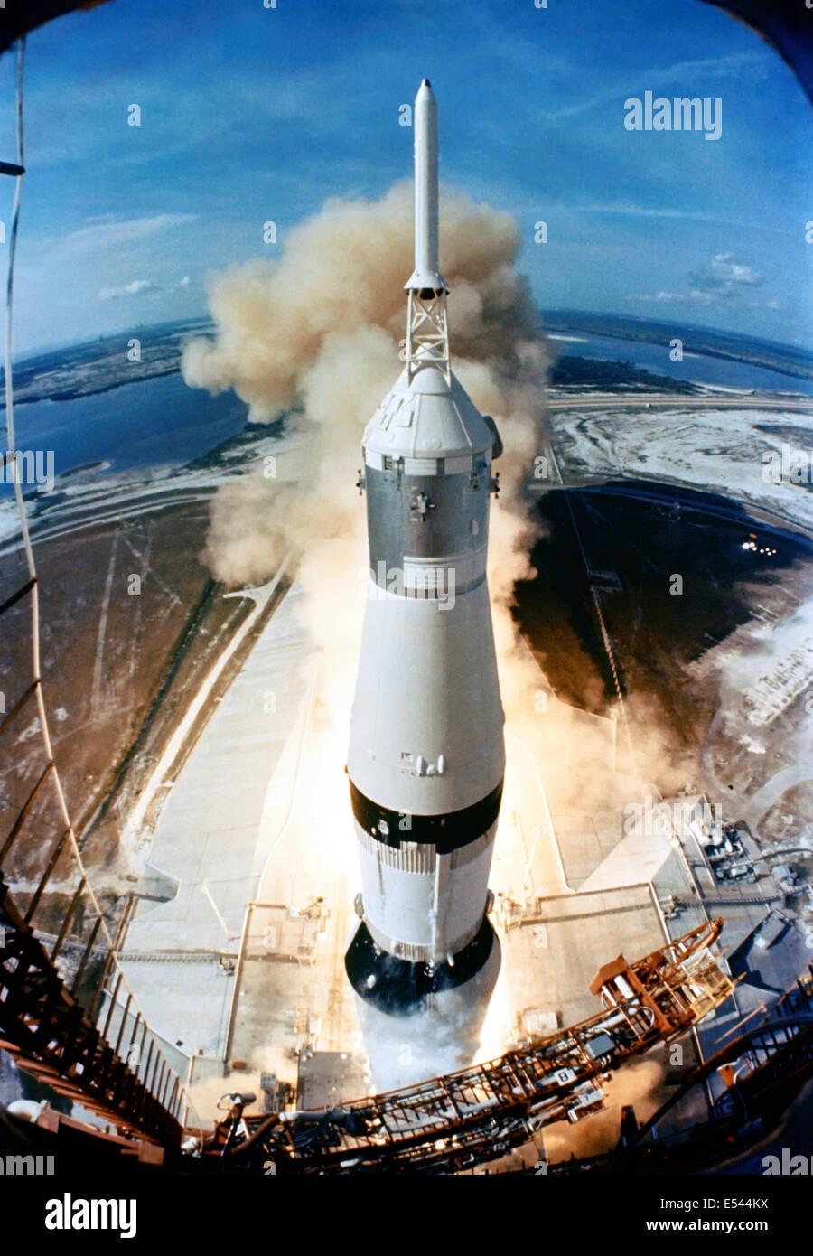Il 363-piedi di altezza Saturn V rocket lancia su la missione Apollo 11 dal pad a Launch Complex 39, Kennedy Space Center, a 9:32 a.m. EDT Luglio 16, 1969 a Cape Canaveral, in Florida. A bordo dell'Apollo 11 veicolo spaziale gli astronauti sono Neil A. Armstrong, comandante; Michael Collins, il pilota del modulo di comando; e Edwin E. Aldrin Jr., modulo lunare pilota. Apollo 11 è stato negli Stati Uniti il primo atterraggio lunare di missione. Foto Stock