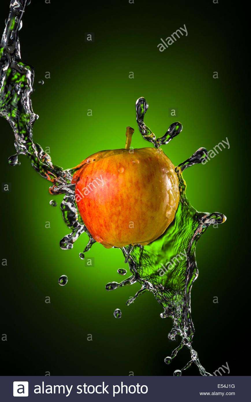Red Apple Con Spruzzi Di Acqua Su Sfondo Verde Foto Immagine Stock