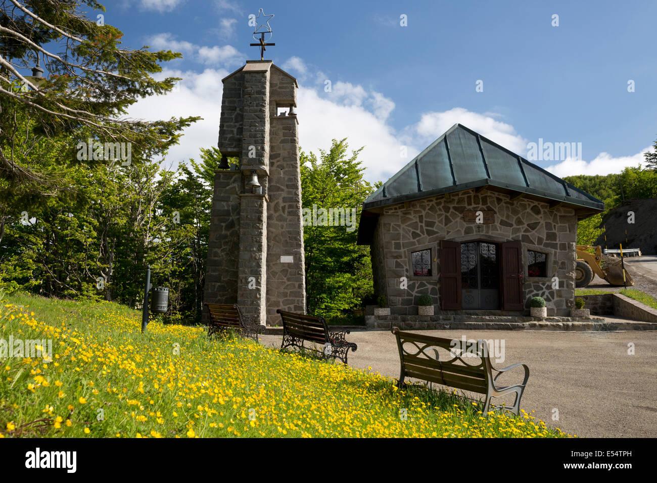 Cappella al vertice del Passo della Radici, vicino a San Pellegrino in Alpe, della Garfagnana, Emilia Romagna, Italia Immagini Stock