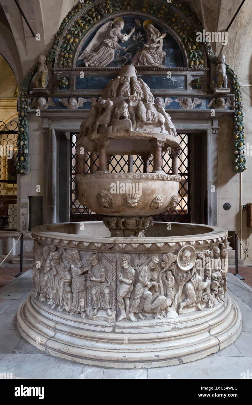 Dodicesimo secolo Fonte Lustrale (Font) all'interno di San Frediano, Lucca, Toscana, Italia, Europa Immagini Stock