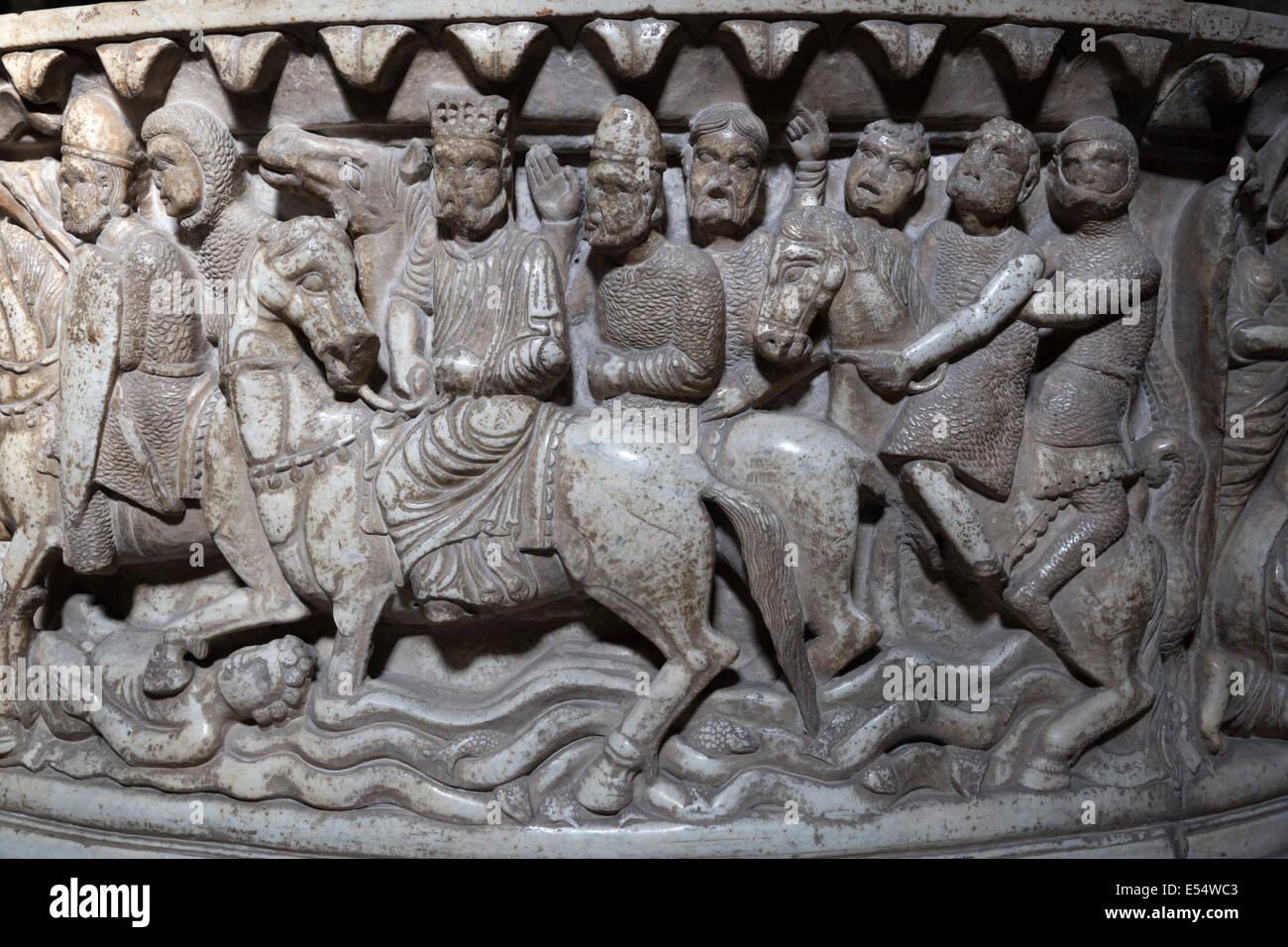 Dettaglio delle incisioni sul dodicesimo secolo Fonte Lustrale (Font) all'interno di San Frediano, Lucca, Toscana, Immagini Stock