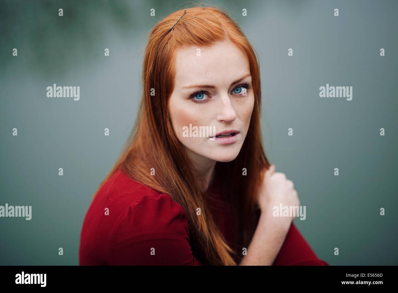 Ritratto di giovane donna che guarda la fotocamera Immagini Stock