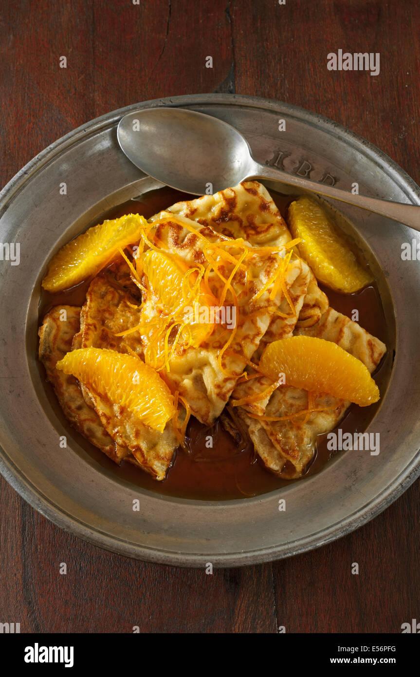 Crêpes Suzette. Frittelle di arance e il liquore all'arancia Immagini Stock