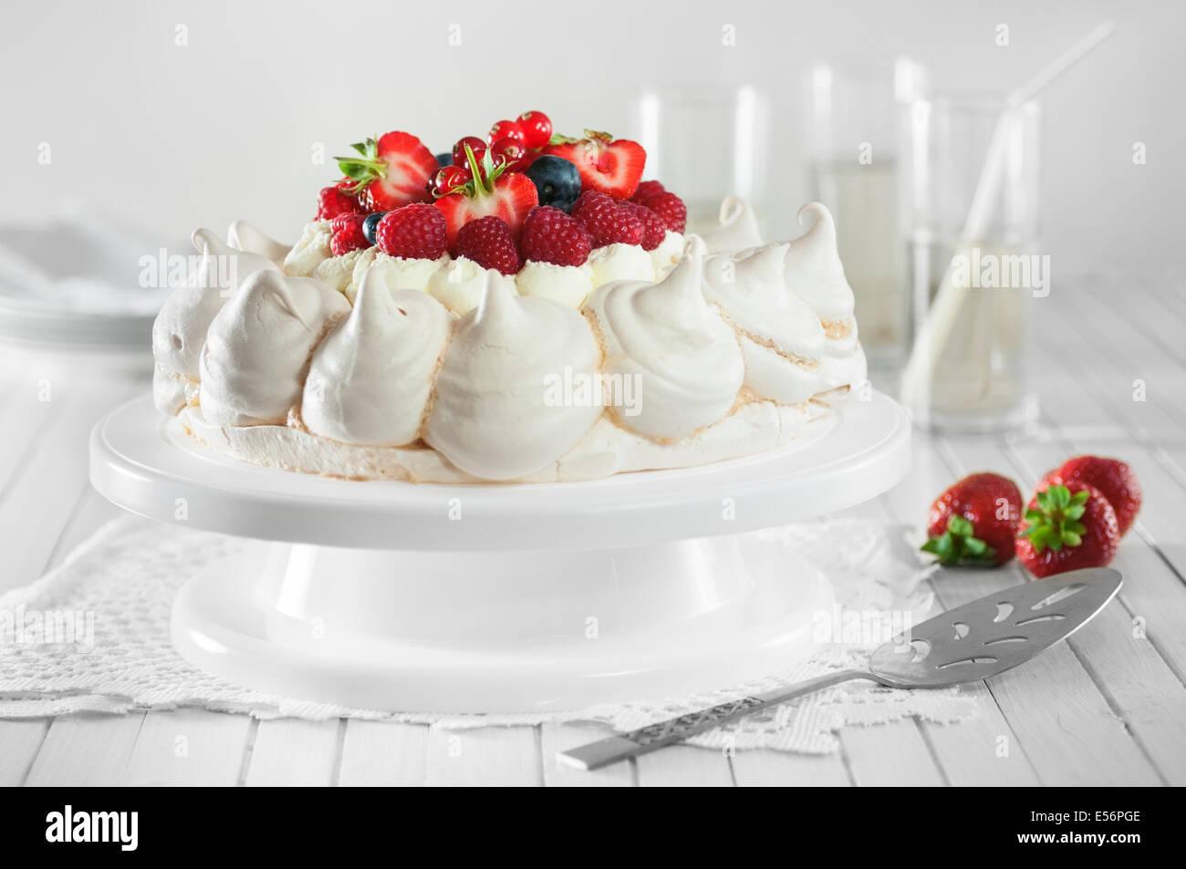 Frutti estivi pavlova. Meringa e la crema dessert Immagini Stock