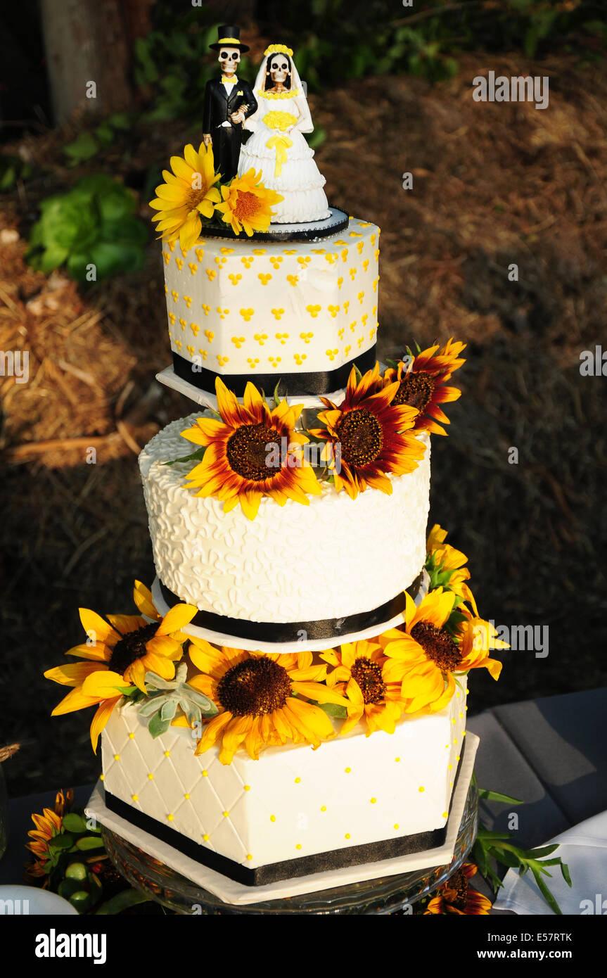Torte Matrimonio Girasoli : Elegante e alla moda torta di nozze con scheletri e girasoli