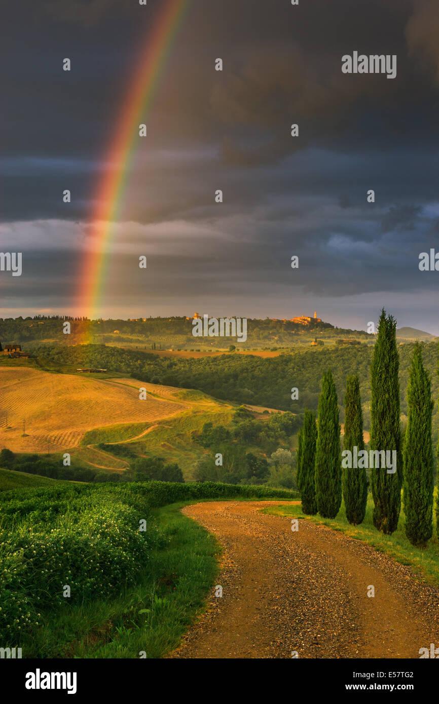 Rainbow con famosi cipressi nel cuore della Toscana vicino a Pienza, Italia Immagini Stock