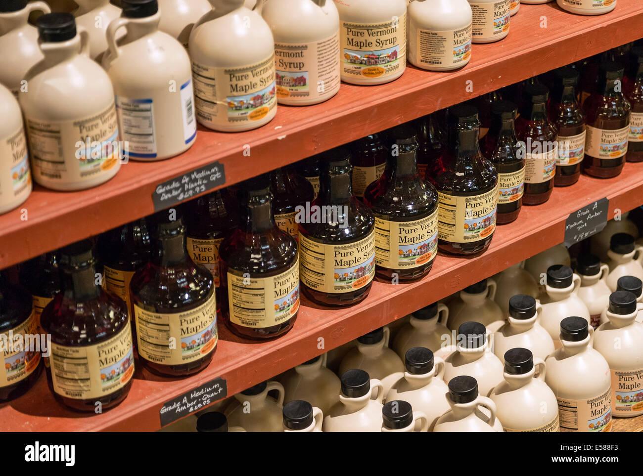 Brocche di sciroppo d'acero in un magazzino generale, Vermont, USA Immagini Stock