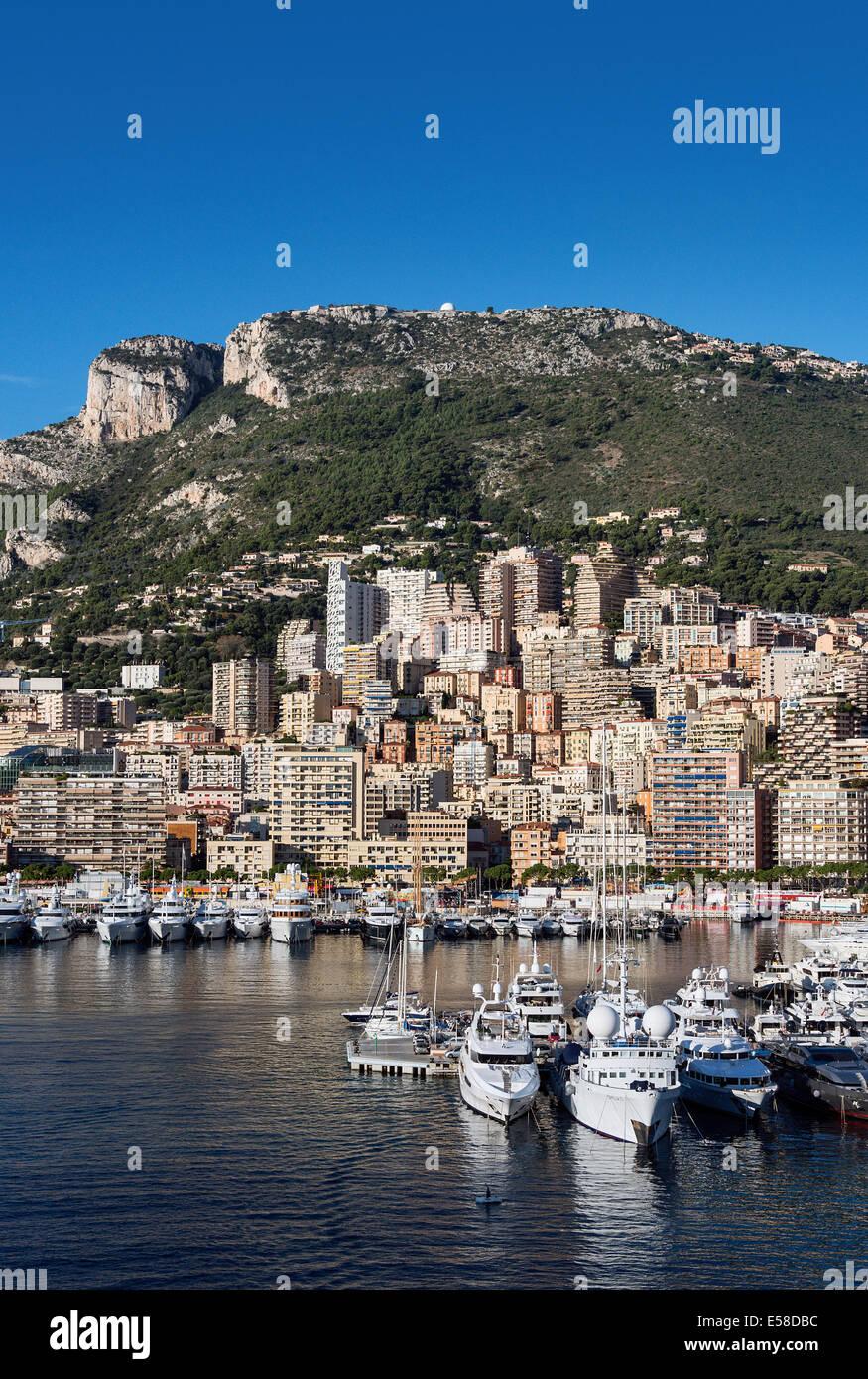Vista di Fontvieille e il porto di yacht, Monaco Immagini Stock