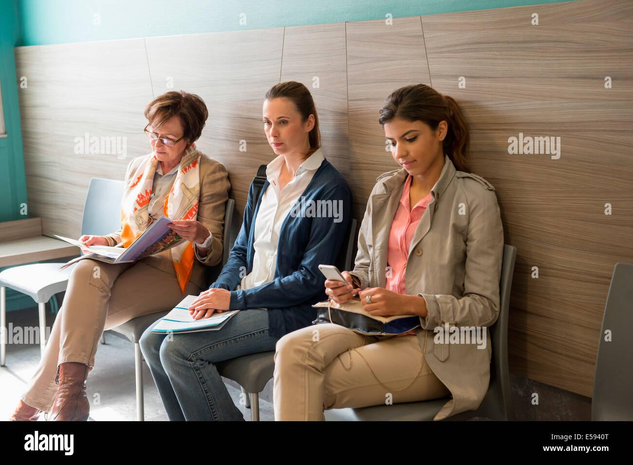 Tre donne in area di attesa dell'ospedale Immagini Stock