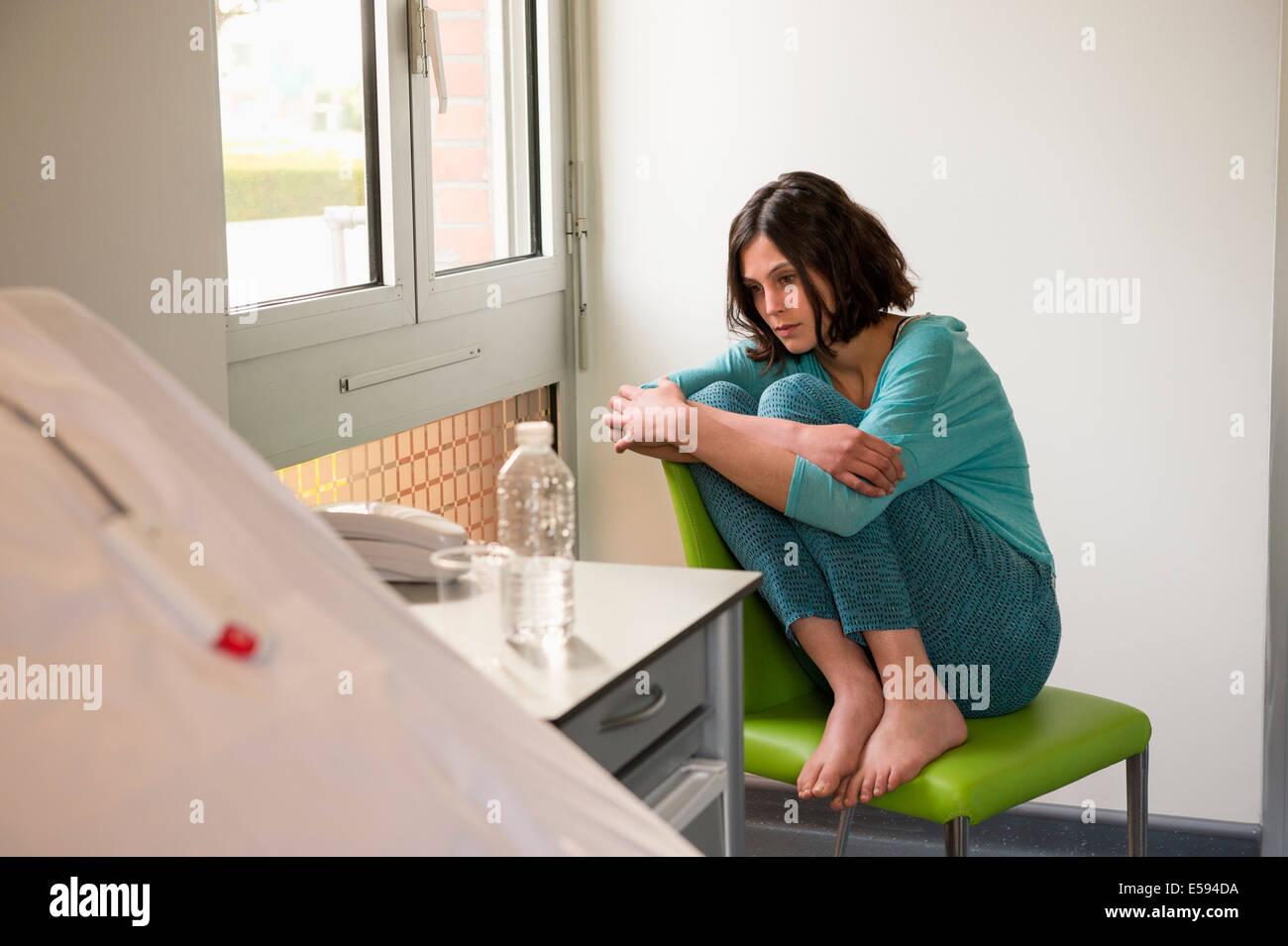 Femmina paziente depresso seduto sulla sedia in un ospedale Immagini Stock