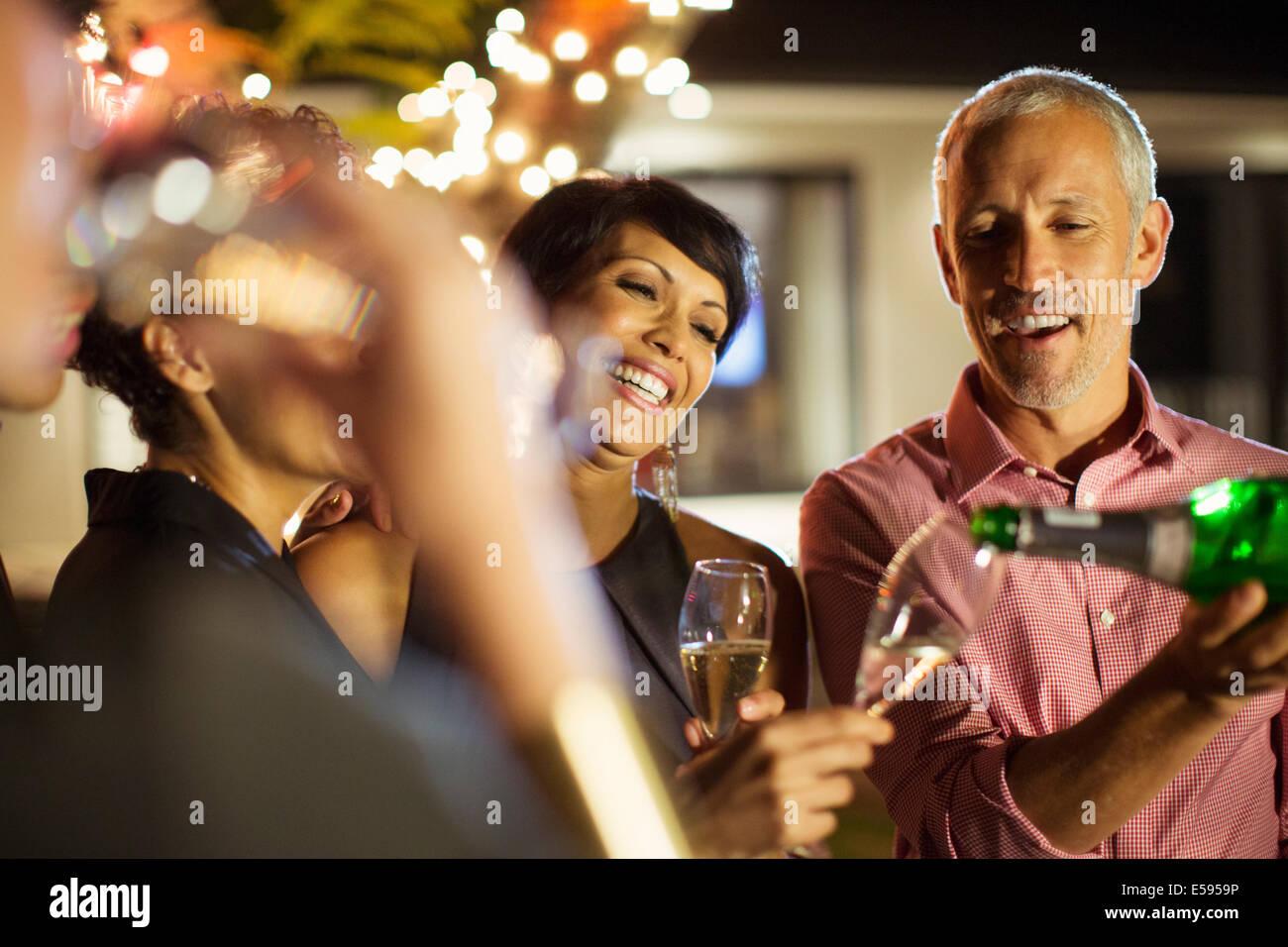 Gli amici a bere champagne a parte Immagini Stock
